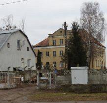 Barnisław-stary budynek naprzeciw kościoła