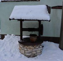 Żarki- zabytkowa studnia przy kościele