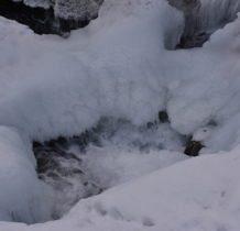 Szczawa-woda kotłuje się pod lodem