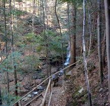 do wodospadu strome zejście zabezpieczone barierkami