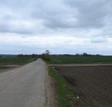 Hulcze-kamienny krzyż przy drodze do Dłużniowa i cerkiew w oddali