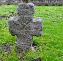 Budynin-kamienny krzyż przy cerkwi