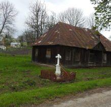 Dłużniów-stary budynek i kamienny krzyż