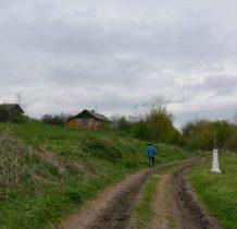 Myców-od cerkwi idziemy dróżka szukać kaplicy cmentarnej rodziny Hulimków