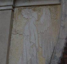 Myców-wejście do kaplicy strzega anioły