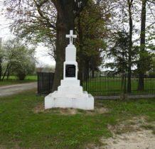 Malice-zabytkowy pomnik-krzyż pamięci poległych w czasie wojny