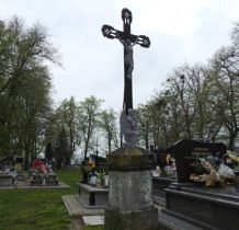 Dyniska-cmentarz z zabytkowymi nagrobkami