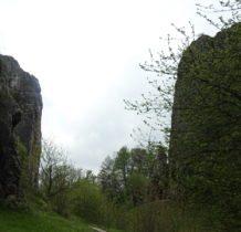 po obu stronach malownicze skały z ukrytymi jaskiniami