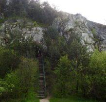 na schodach prowadzacych do kaplicy objawienia Matki Boskiej
