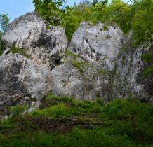 przy ukrytych skałach doliny