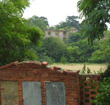 Moczydlnica Dworska-widok na pałac z cmentarza