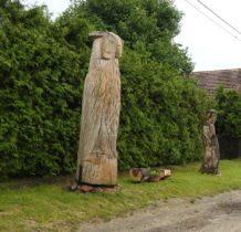 Dziewin-drewniane figury