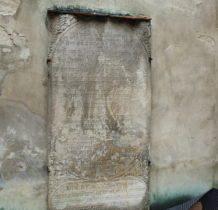 Dziewin-na murze kościoła