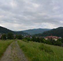 dróżka w kierunku cerkwi i zielonego szlaku