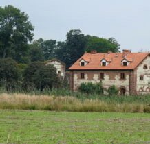 Biernacice- ruina dworu Dzierzbickich i odnowiony spichlerz