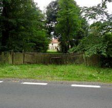 Biernacice- widok na spichlerz od drogi głównej