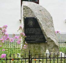Bronów- głaz z pamiatkowa tablica przed dworkiem