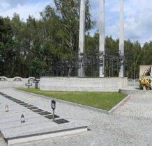 Glinno- pomnik z wyobrażeniem 3 bagnetów