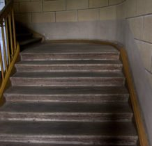 Stary Gostków- wspinamy się po pałacowych  schodach z bierwion dębowych