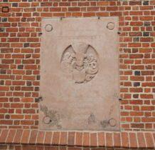 Szadek-na murach kościoła wiele cenych tablic epitafijnych