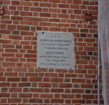 Szadek-na murach kościoła