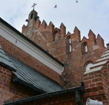 Szadek- fasada zwieńczona gotyckim siedmioosiowym szczytem