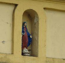 Tur- figurka na budynku naprzeciwko kościoła