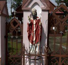 Tur- figura w ogrodzeniu kościelnym