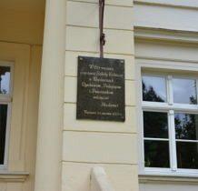 Wojsławice- tablica pamiatkowa przy drzwiach pałacowych