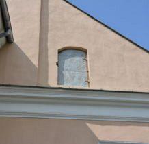 Zadzim- na ścianie kościoła