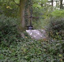 Zadzim- grób Jarocińskich w parku