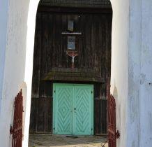 Chomentów- dzwonnica pełni jednoczesnie role bramy wejściowej