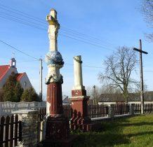 Chomentów- stare kolumny na placu kościelnym