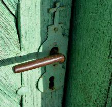 Chomentów- drzwi kościelne w charakterystycznym kolorze