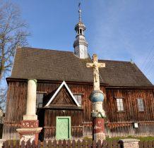 Chomentów- kościół z kamiennymi kolumnami na placu