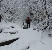 oblodzone stopnie w śniegu nie ułatwiaja wędrówki