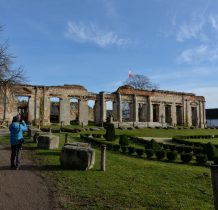 Sobków- ruina willi, przed nia założenie ogrodowe