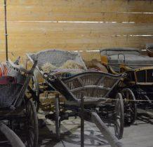 Tokarnia-ekspozycja pojazdów-bryczki,chłopskie wozy,sanie,powozy itp
