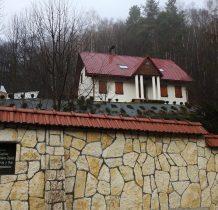 kapliczka w murze otaczajacym wyżej położona willę