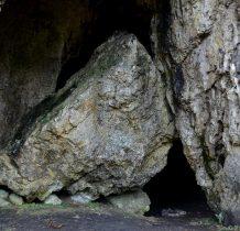 głaz przy wejściu do jaskini