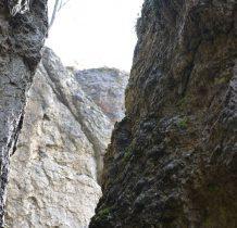 między skałami