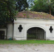 Wołów-budynek bramny przedwojennego cmentarza z 1919 roku