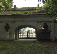 Wołów-budynek bramny od strony cmentarza