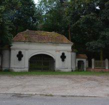 Wołów-budynek z pozostałościami muru
