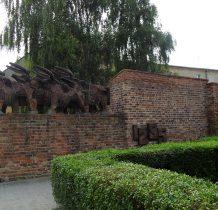 """Wołów-""""Wołowskie byki""""- symbol Wołowa na starym murze obronnym"""