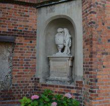 Wołów-na murach kościoła liczne płyty nagrobne