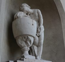 Wołów-figura w niszy kościelnej