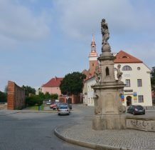 Wołów-przed zamkiem kolumna maryjna w otoczeniu aniołów z 1733r
