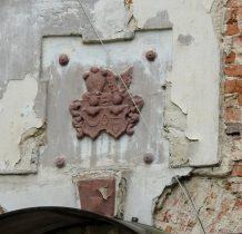 Stary Wołów-kartusze herbowe nad wejściem