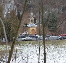 kaplica znajduje się w miejscu dawnych łazienek zdrojowych